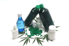 绿色胶囊、大麻叶子和瓶 免版税库存照片