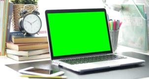 绿色膝上型计算机屏幕 免版税库存图片