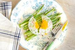 绿色芦笋用晴朗的鸡蛋 库存图片
