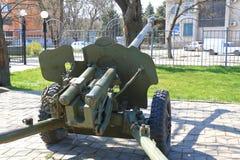 绿色苏联枪在一个公园在Georgievsk,俄罗斯 库存照片