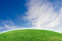 绿色草坪和天空背景 免版税图库摄影