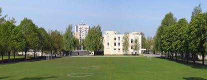 绿色草坪和橄榄球场在立陶宛人的疆土 图库摄影