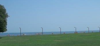 绿色草坪和海视图在沙特阿拉伯的沙漠 库存照片