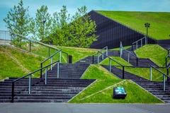 绿色草坪看法和黑台阶在卡托维兹临近国际国会霍尔 库存图片