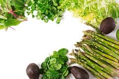绿色草本、芦笋和黑鲕梨在白色背景 顶视图 免版税库存图片