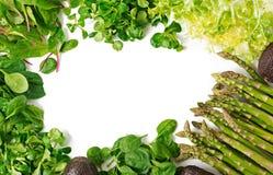 绿色草本、芦笋和黑鲕梨在白色背景 顶视图 库存图片