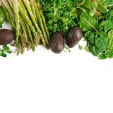 绿色草本、芦笋和黑鲕梨在白色背景 顶视图 库存照片