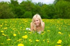 绿色草甸松弛妇女年轻人 图库摄影
