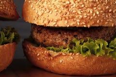 绿色莴苣红色蕃茄乳酪和烟肉切片大鲜美开胃新鲜的汉堡  免版税库存图片