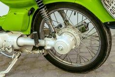 绿色葡萄酒摩托车轮子 库存图片