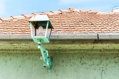 绿色街灯或灯笼在提供光的房子外墙门面在晚上 免版税库存照片