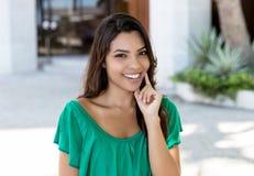 绿色衬衣的可爱的拉丁美洲的年轻妇女 库存图片