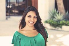 绿色衬衣的拉丁美洲的年轻妇女 免版税图库摄影
