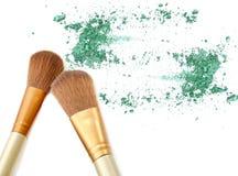 绿色被击碎的眼影膏和脸红 免版税库存照片