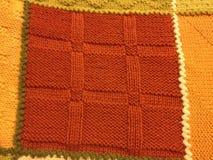 绿色被编织的五颜六色的老婆婆正方形毯子 免版税库存照片