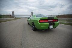绿色跑车轨道蓝天速度和极端 免版税库存图片