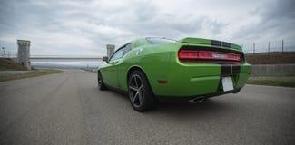绿色跑车轨道蓝天速度和极端 免版税图库摄影