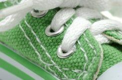 绿色运动鞋 免版税库存照片