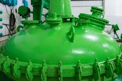 绿色酒坦克上面在现代酿酒厂的 免版税图库摄影