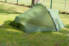 绿色野营的露营地帐篷在草夏天 图库摄影