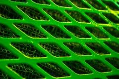 绿色金属格子锭剂菱形特写镜头,在一个美好的金属栅格下 图库摄影