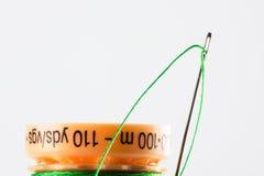 绿色针线程数 库存照片