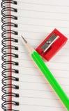绿色铅笔红色磨削器 库存图片