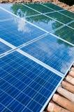 绿色镶板太阳反映的屋顶 免版税库存图片