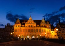 绿色门Zielona布罗莫大厦在晚上,格但斯克,波兰 免版税图库摄影