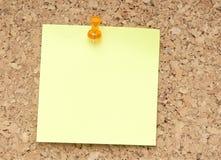 绿色附注橙色针提示 免版税库存图片