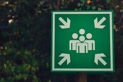 绿色集合点或见面标志 免版税库存照片