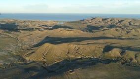 绿色领域、高山在小湖附近在蓝色海和多云天空背景的空中全景 射击 股票录像