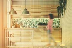 绿色马赛克厨房,被定调子的木控制台 免版税库存照片