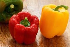 绿色,黄色和红色甜椒用水投下特写镜头 图库摄影