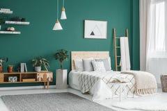 绿色boho卧室内部 免版税库存图片