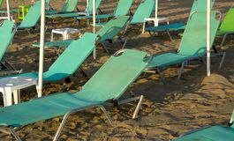 绿色deckchairs打开等待的游人 库存照片