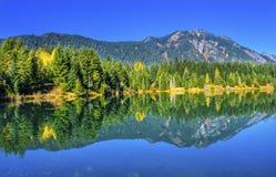 绿色Gold湖反射Snoqualme通行证华盛顿 免版税库存照片