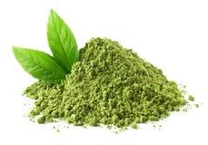 绿色matcha茶粉末和叶子堆  库存照片
