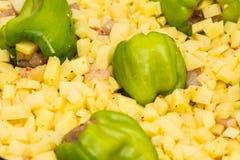 绿色paprica由potatos和鸡胸脯片断填装了 库存图片