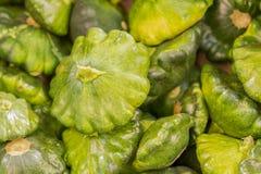 绿色patissons 在柜台的绿色patissons在商店 背景 免版税库存图片