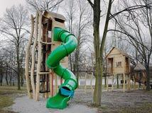 绿色tobogan一个新的绳索中心在Kamencove jezero在旅游季节之外的白矾湖附近在捷克市Chomutov 免版税库存照片