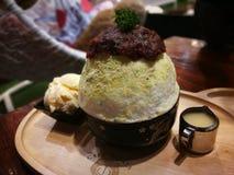 绿茶与冰淇凌和红豆的冰疾风著名韩国点心菜单 库存照片