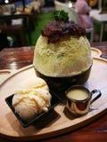绿茶与冰淇凌和红豆的冰疾风著名韩国点心菜单 免版税库存照片
