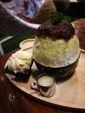 绿茶与冰淇凌和红豆的冰疾风著名韩国点心菜单 免版税图库摄影