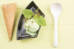 绿茶在黑色的盘子的冰淇凌 库存图片