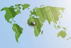绿草在世界地图的足球场 免版税库存图片