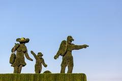 绿草家庭雕象  免版税库存照片