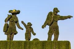 绿草家庭雕象  库存图片