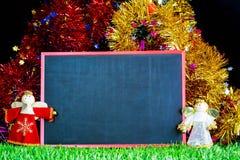 绿草的雪人与黑板 免版税库存图片