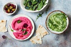 绿豆和桃红色甜菜hummus传播或者垂度与混合沙拉叶子 健康未加工的夏天开胃菜,素食主义者,素 库存图片